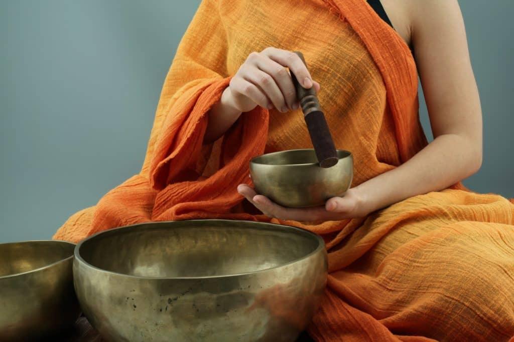 کاسه تبتی یا کاسه آوازه خوان که راهبان بودایی استفاده می کنند